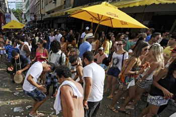 Samba anima ruas do Centro no domingo (29)