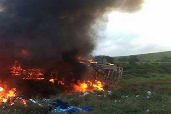Acidente entre ônibus, carreta e ambulâncias deixa 15 mortos na BR-101 em Guarapari