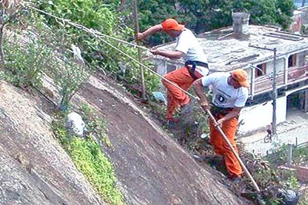 Garis alpinistas de Vitória limpam locais de difícil acesso